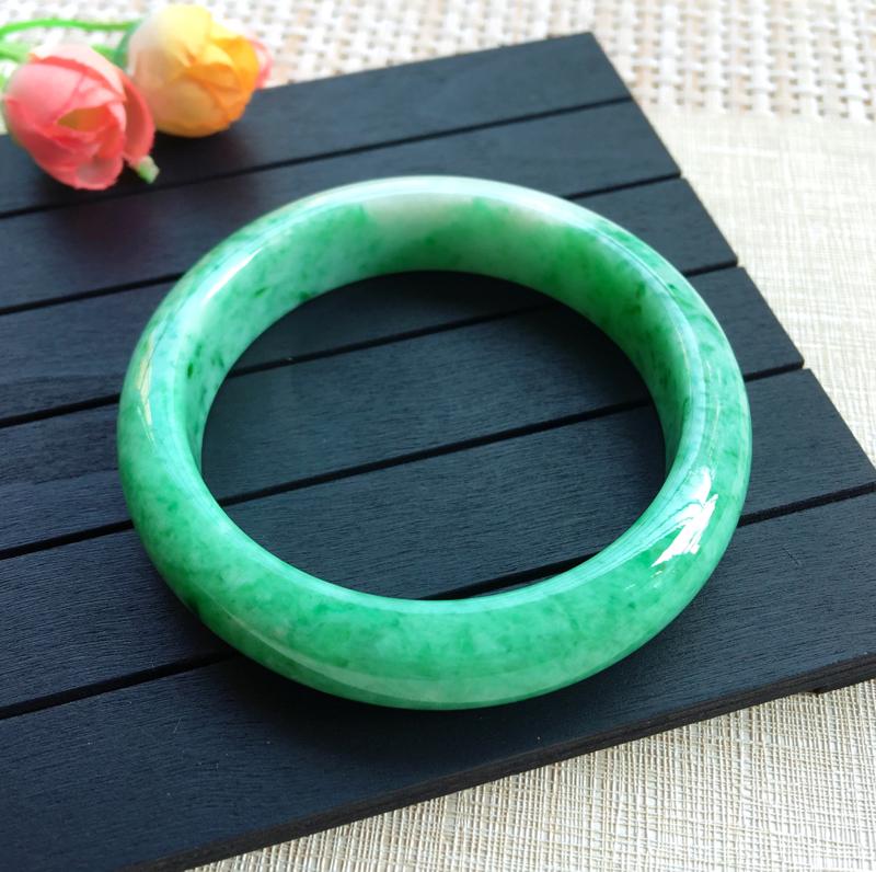 天然A货翡翠【自然光拍摄】 莹润满色豆绿正圈手镯  料子细腻 条形饱满,翠绿清新明亮,玉质细腻,上手