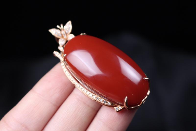 【【吊坠】玫瑰红蛋面吊坠,四爪包边镶嵌18k真金真钻,在运用一颗翡翠的点缀,更加衬托出主石的艳丽,妍丽光泽瓷质感强,整体无胶无裂无杂。】图3