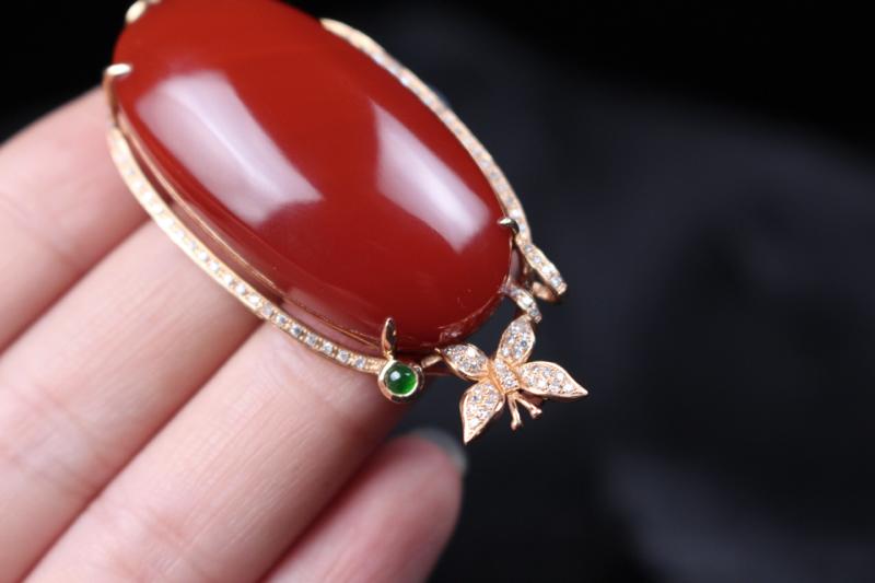 【【吊坠】玫瑰红蛋面吊坠,四爪包边镶嵌18k真金真钻,在运用一颗翡翠的点缀,更加衬托出主石的艳丽,妍丽光泽瓷质感强,整体无胶无裂无杂。】图5