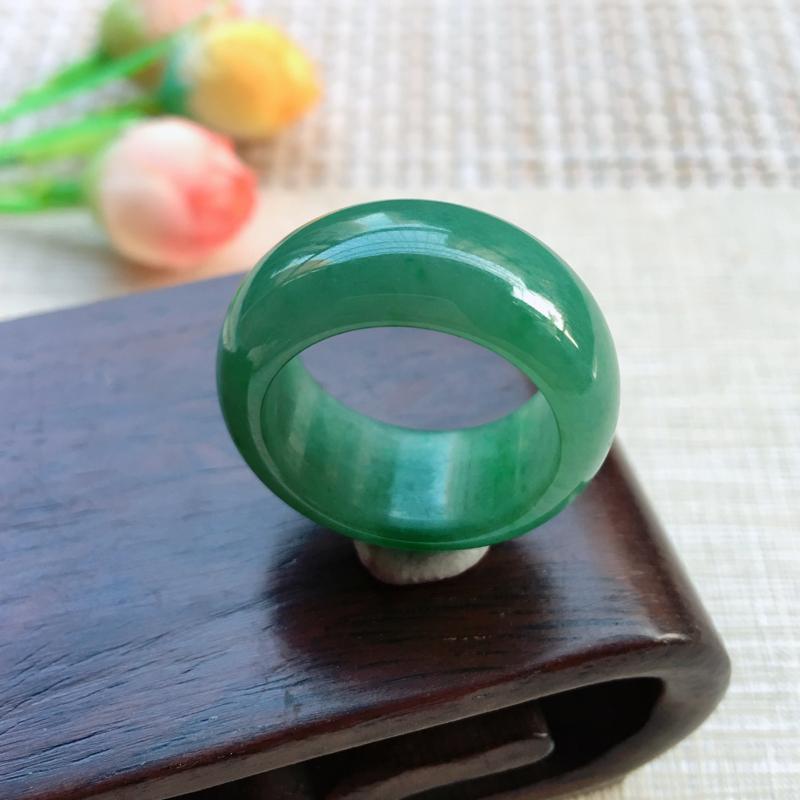 【天然A货翡翠 【自然光拍摄】完美水润满绿戒指,圈口19mm,玉质细腻,满绿均匀,饱满靓丽,种水好,佩戴效果贵气大方,尺寸19*11.3*4.6mm, 重量9.41g】图4