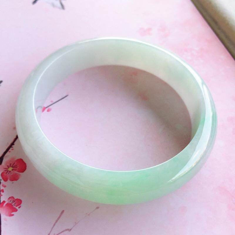 正圈58.6mm,糯种浅绿正圈手镯,料子干净细腻,色泽清新淡雅,上手效果好