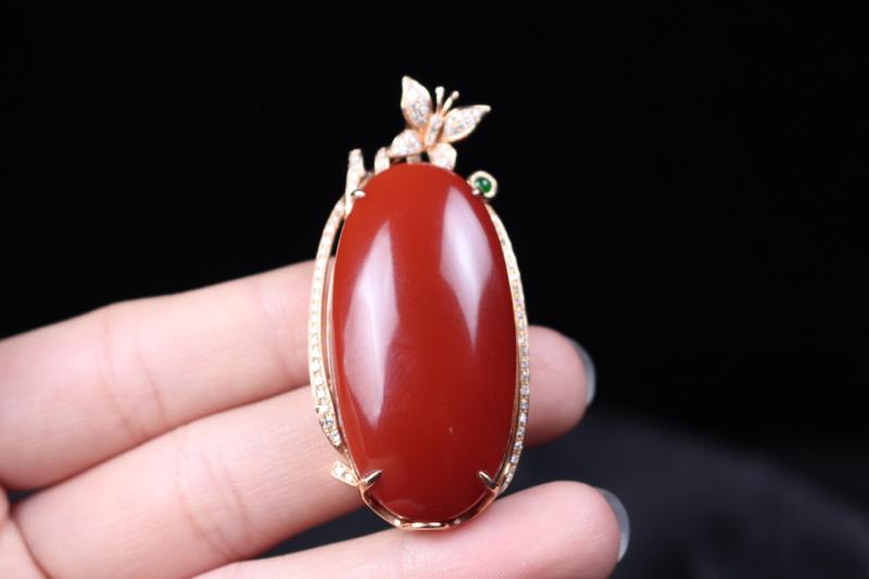 【【吊坠】玫瑰红蛋面吊坠,四爪包边镶嵌18k真金真钻,在运用一颗翡翠的点缀,更加衬托出主石的艳丽,妍丽光泽瓷质感强,整体无胶无裂无杂。】图2