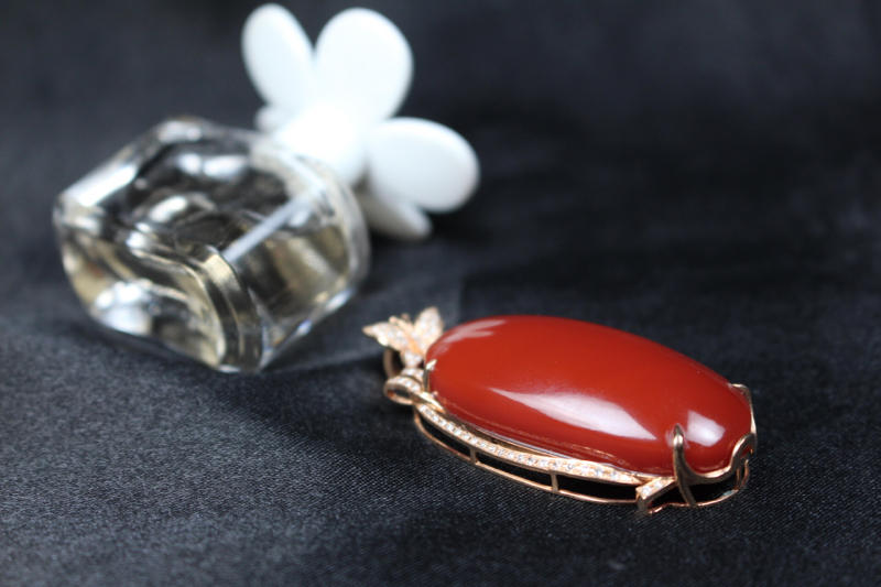 【【吊坠】玫瑰红蛋面吊坠,四爪包边镶嵌18k真金真钻,在运用一颗翡翠的点缀,更加衬托出主石的艳丽,妍丽光泽瓷质感强,整体无胶无裂无杂。】图6