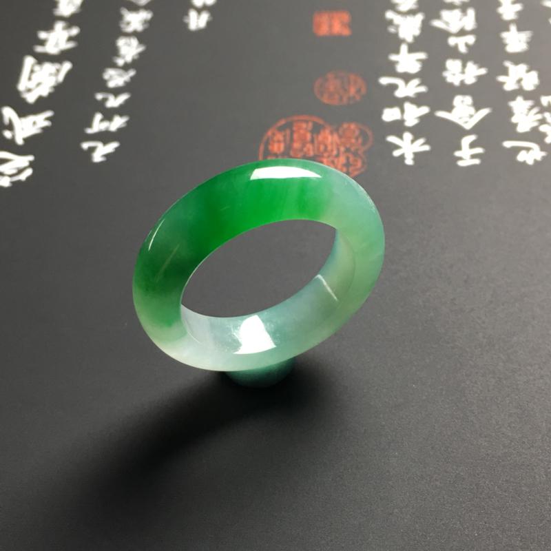 【糯化种带色指环 外径25宽6厚3.5毫米 内直径17.5毫米 水润通透 翠色艳丽】图3