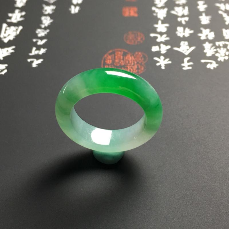 【糯化种带色指环 外径25宽6厚3.5毫米 内直径17.5毫米 水润通透 翠色艳丽】图5