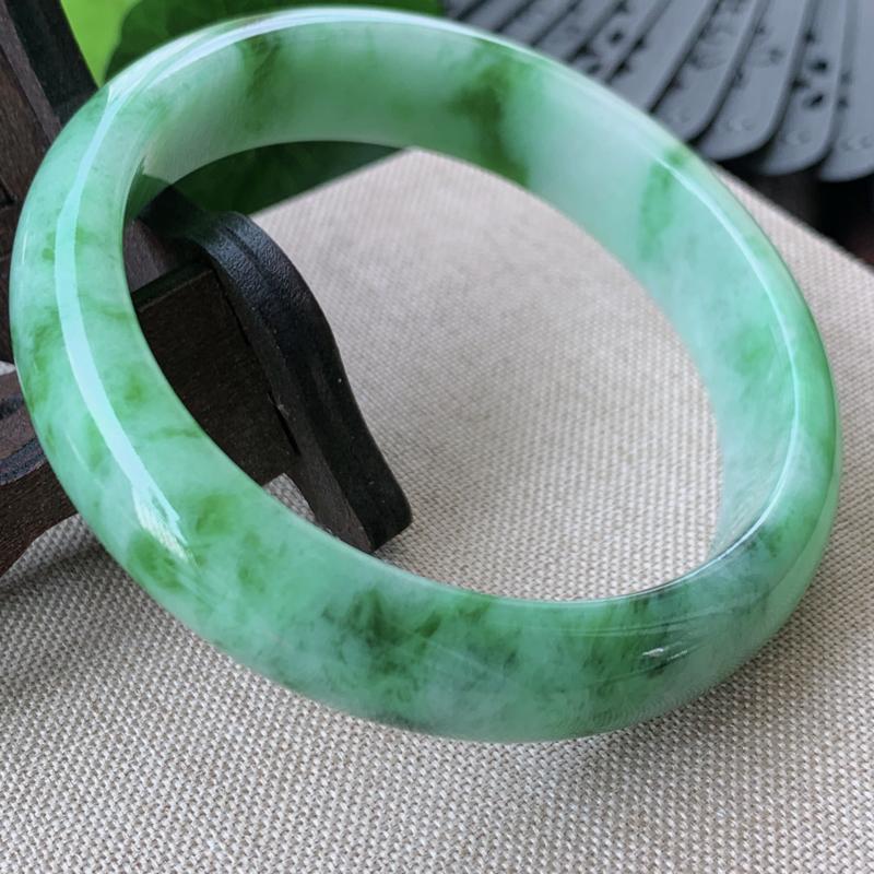 天然翡翠A货_水润飘绿正圈手镯55.7mm 玉质细腻,颜色艳丽,条形大方得体,佩戴效果更佳