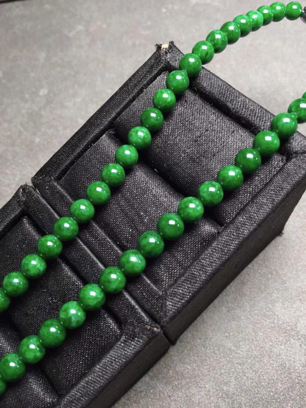【冰辣绿珠链,色辣圆润,完美度九十五乆上尺寸5.3mm、6mm、93颗】图2