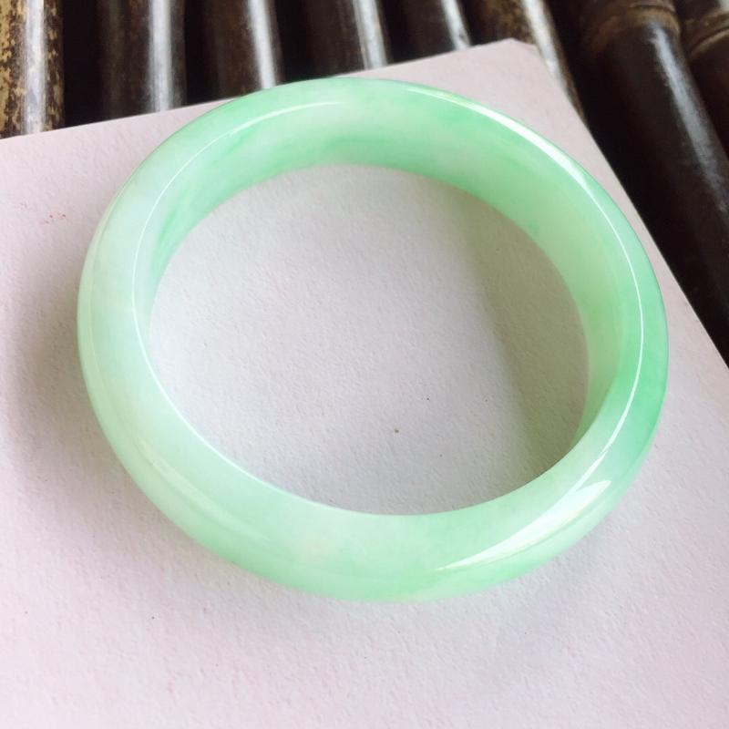 正圈58.8mm,细糯满果绿手镯,底子非常细腻光滑,色泽甜美清新,贵气十足
