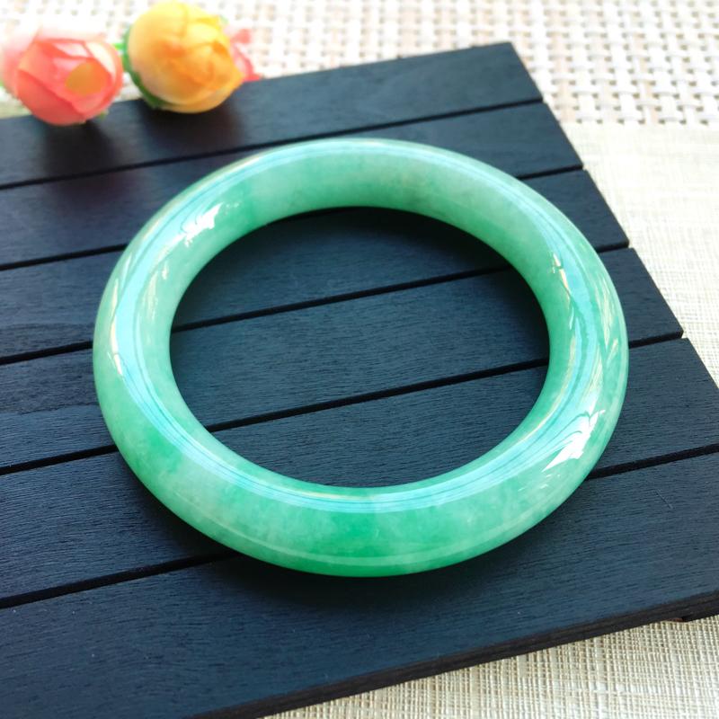 天然A货翡翠【自然光拍摄】 莹润满绿豆绿圆条手镯,玉质细腻 颜色青翠迷人,绿意怏然,条形圆润光滑,上