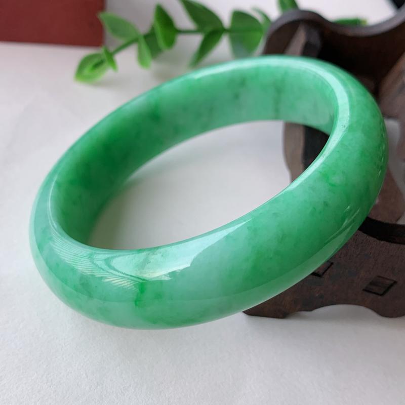 天然A货翡翠_满绿翡翠正圈手镯54.5mm,玉质细腻,色阳青翠,色彩鲜艳,迷人夺目,条形优雅,上手效
