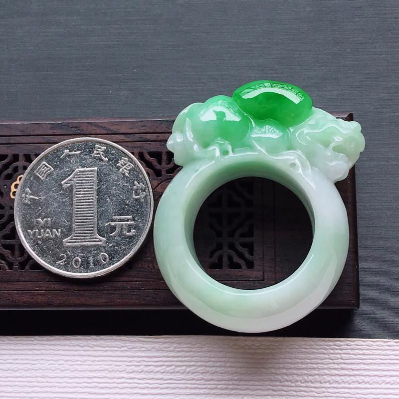 【冰糯种飘阳绿招财貔貅戒指,   料子细腻,雕工精美,颜色漂亮,  圈口:20.3mm  尺寸:31.5×14.5×14mm】图8