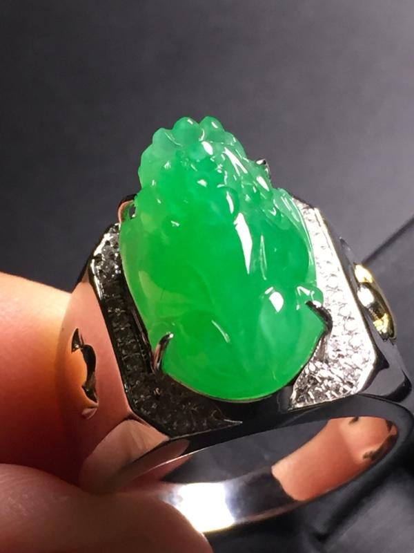 【翡翠A货,阳绿貔貅戒指,18k真金真钻镶嵌,完美,种水超好,玉质细腻。】图4