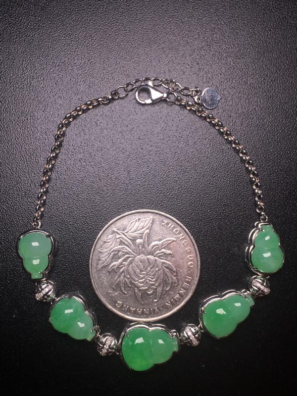 【翡翠A货,阳绿葫芦手链,18k真金真钻镶嵌,完美,种水超好,玉质细腻。】图6