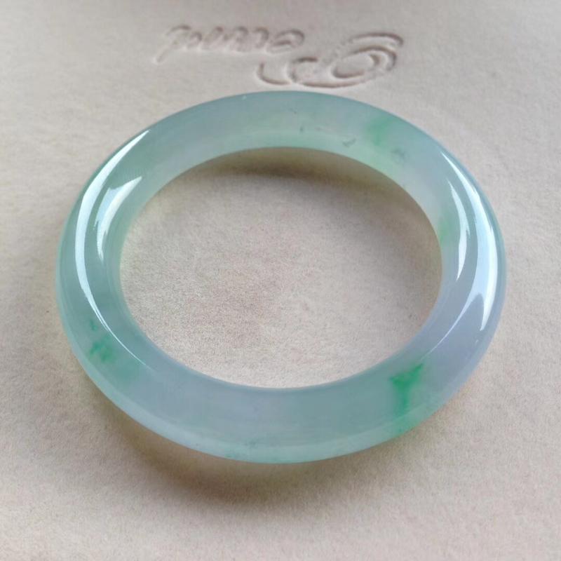 老坑春彩圆条镯,尺寸54.5*10.5*10.5 完美种好,纯净细腻,通透无比,清澈见底,起光起胶,
