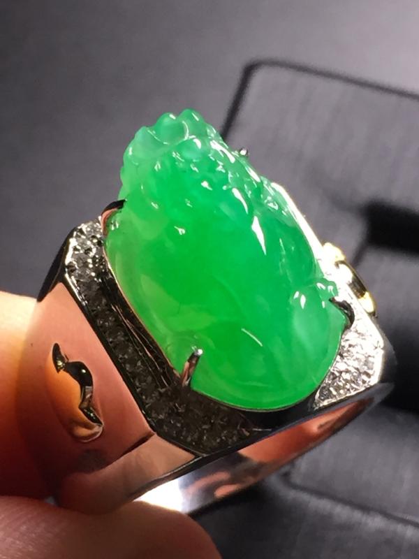 【翡翠A货,阳绿貔貅戒指,18k真金真钻镶嵌,完美,种水超好,玉质细腻。】图3
