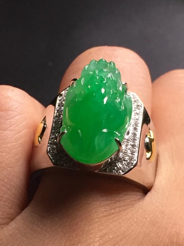【翡翠A货,阳绿貔貅戒指,18k真金真钻镶嵌,完美,种水超好,玉质细腻。】图7