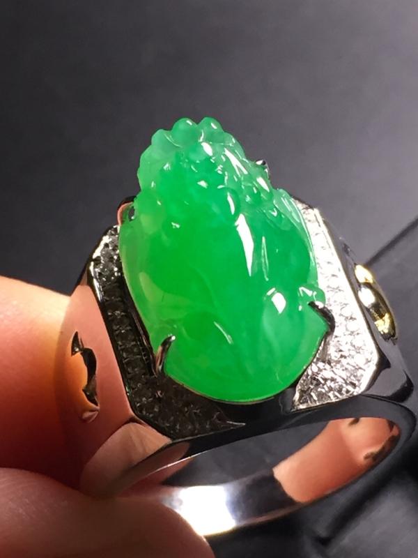 【翡翠A货,阳绿貔貅戒指,18k真金真钻镶嵌,完美,种水超好,玉质细腻。】图6