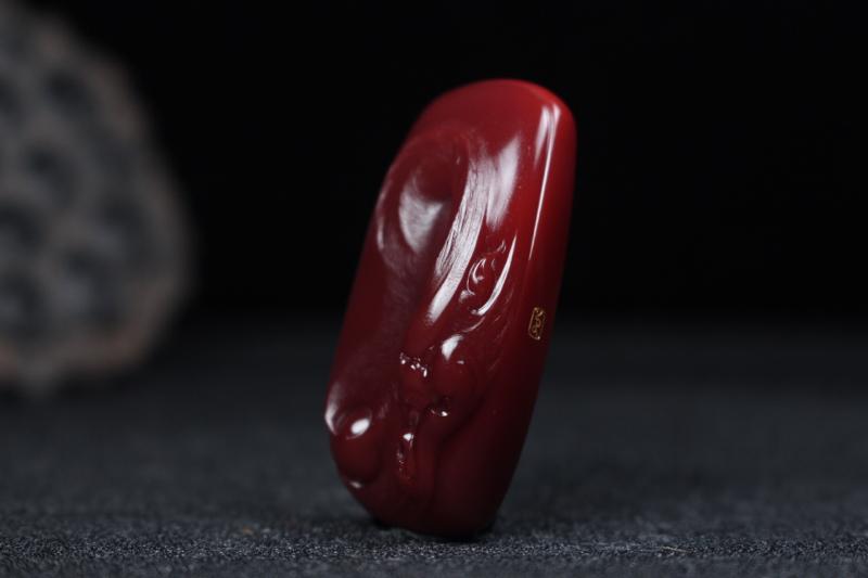 【【龙牌】玫瑰红浅浮雕刻龙牌,龙韵威武霸气盘踞而上,细节刻画清晰,线条流畅自然,龙鳞做磨砂光,柔亮结合更显层次感,整件无胶无裂。】图4