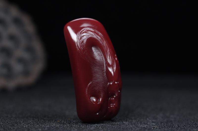 【【龙牌】玫瑰红浅浮雕刻龙牌,龙韵威武霸气盘踞而上,细节刻画清晰,线条流畅自然,龙鳞做磨砂光,柔亮结合更显层次感,整件无胶无裂。】图2