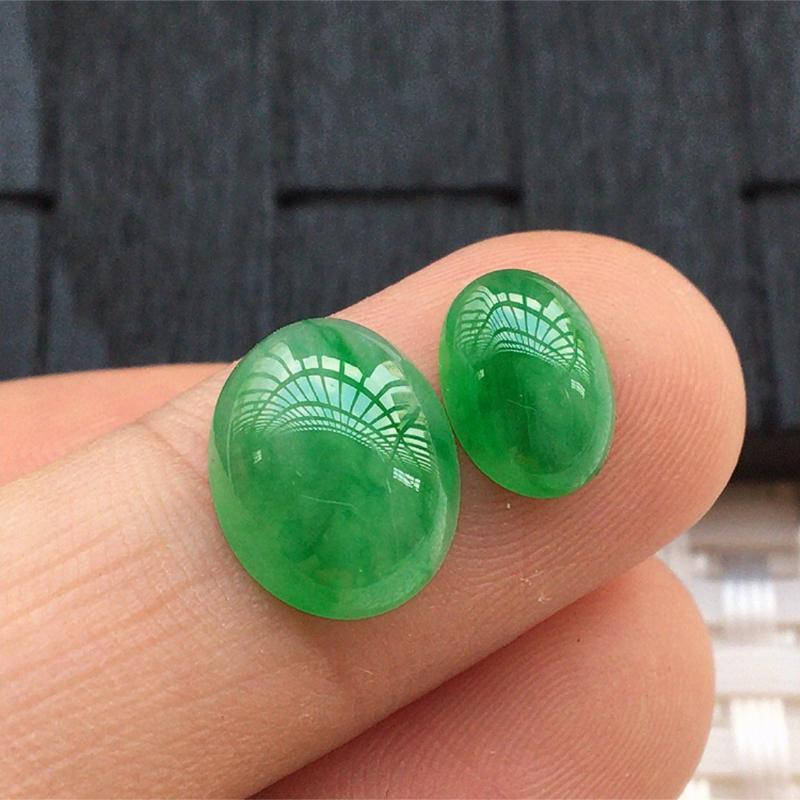 【缅甸a货翡翠,绿蛋面两个,玉质莹润,颜色漂亮,形体好 尺寸12*9.5*4.5。      9*7*3.5】图2