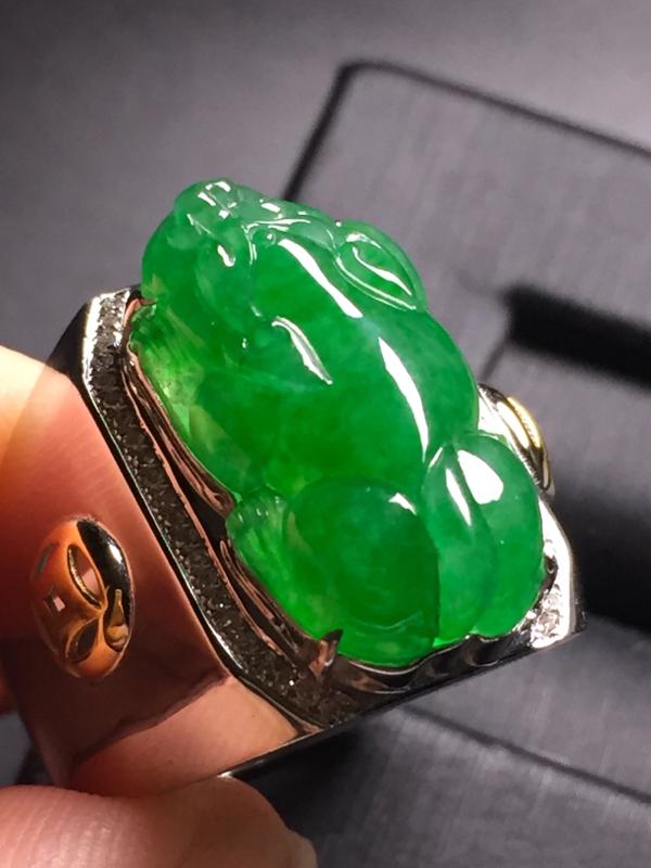 【翡翠A货,阳绿貔貅戒指,18k真金真钻镶嵌,完美,种水超好,玉质细腻。】图2