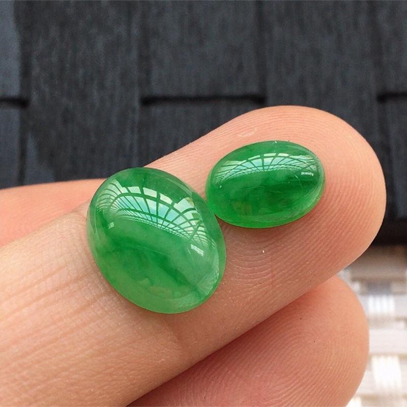 【缅甸a货翡翠,绿蛋面两个,玉质莹润,颜色漂亮,形体好 尺寸12*9.5*4.5。      9*7*3.5】图6