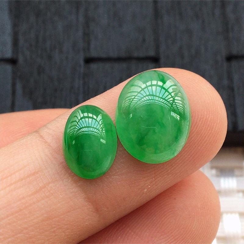 【缅甸a货翡翠,绿蛋面两个,玉质莹润,颜色漂亮,形体好 尺寸12*9.5*4.5。      9*7*3.5】图3