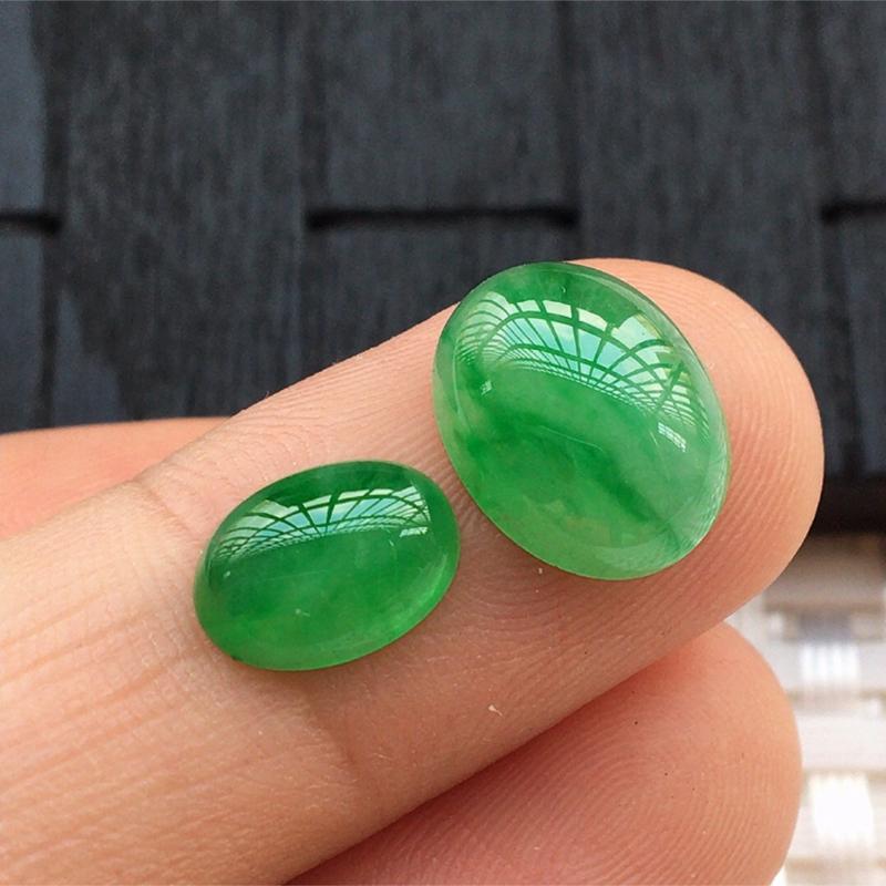 【缅甸a货翡翠,绿蛋面两个,玉质莹润,颜色漂亮,形体好 尺寸12*9.5*4.5。      9*7*3.5】图4