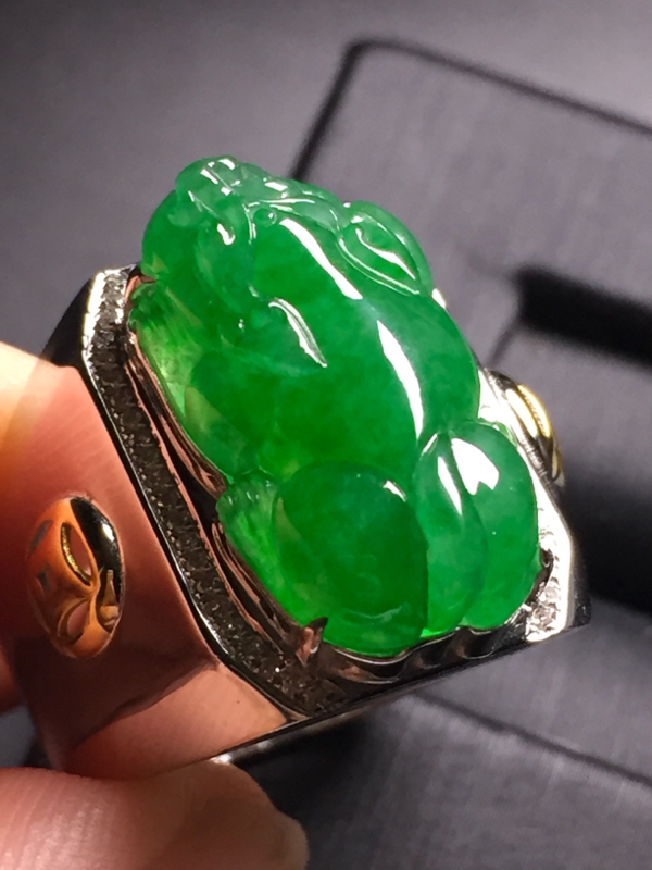 【翡翠A货,阳绿貔貅戒指,18k真金真钻镶嵌,完美,种水超好,玉质细腻。】图5