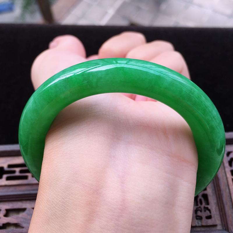 【糯种满绿圆条手镯、圈口55.4/11.1/10.7、玉质细腻水润,条形大方,种水好,佩戴效果极佳】图10