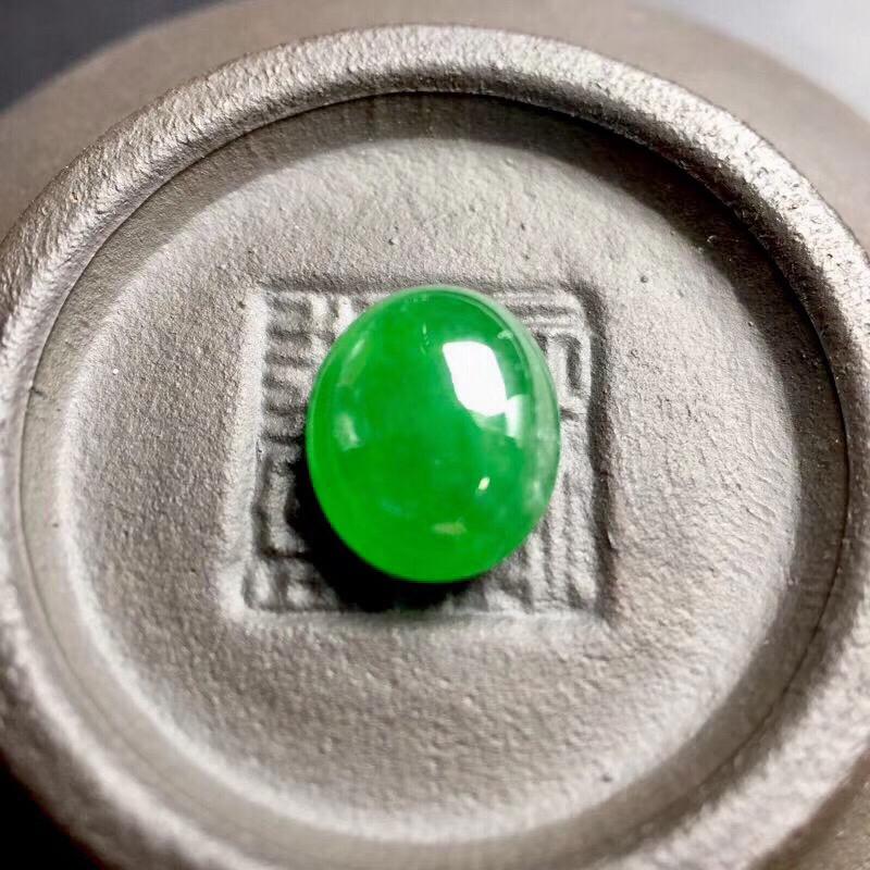 【🌹满绿蛋面裸石:种老水足,色泽漂亮,干净起光,饱满圆润,完美无裂,可镶嵌成戒指或吊坠,性价比高。尺寸:8.9--7.3--4.1】图2