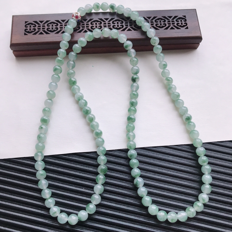 【天然翡翠A货糯化种飘绿精美圆珠项链,尺寸6.6mm,玉质细腻,种水好 胶感十足,底色漂亮,上身效果漂亮】图6