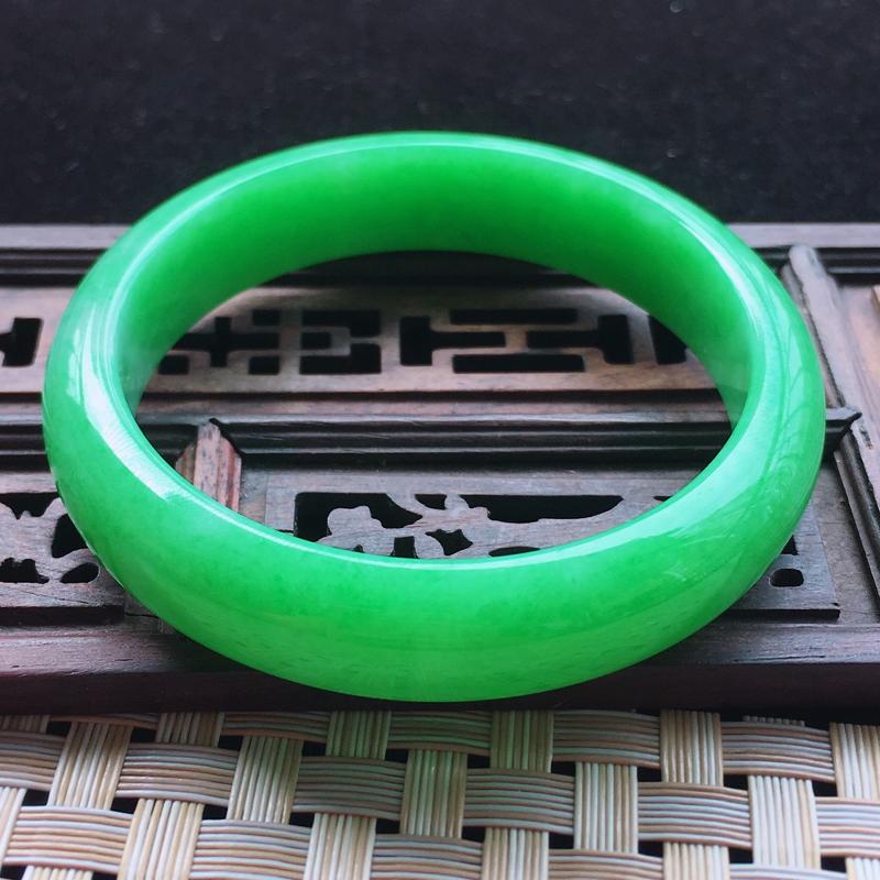 【糯种阳绿满色正装手镯、圈口57.2/13/7.2、玉质细腻水润,条形大方,种水好,佩戴效果极佳###】图4