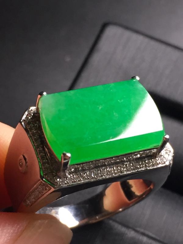 【翡翠A货,阳绿马鞍戒指,18k真金真钻镶嵌,完美,种水超好,玉质细腻。】图3