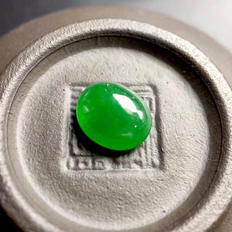 【🌹满绿蛋面裸石:种老水足,色泽漂亮,干净起光,饱满圆润,完美无裂,可镶嵌成戒指或吊坠,性价比高。尺寸:8.9--7.3--4.1】图3