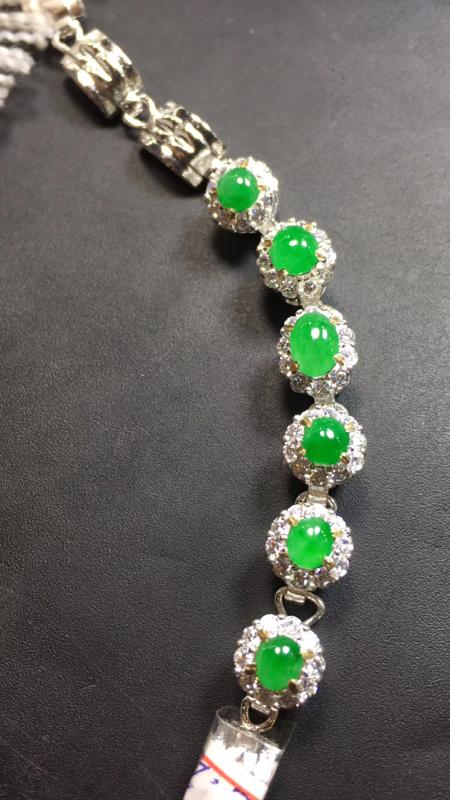 【超美的冰阳绿戒指面同料有6粒,镶嵌漂亮手链的好材料,有种有色,水足色阳,饱满完美,取大6.8×4.8*3.4mm  取小4.8×4.5*3mm】图2