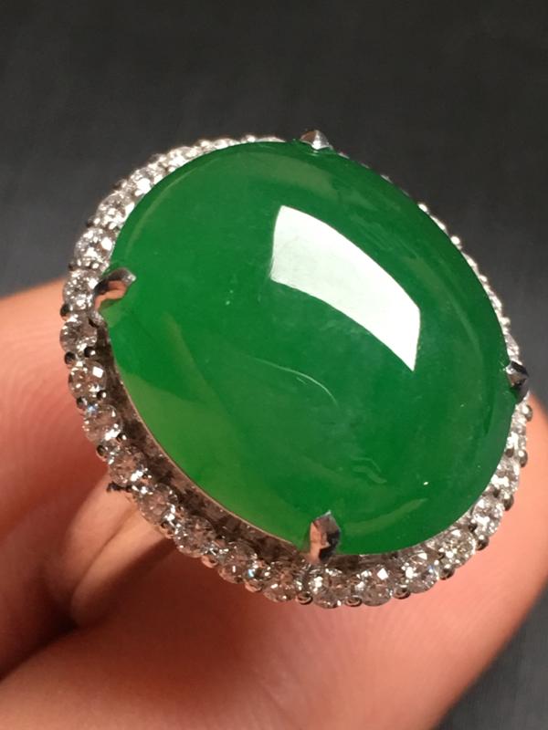 【翡翠A货,阳绿蛋面戒指,18k金伴钻镶嵌,完美,种水超好,性价比高。整体尺寸:18.5*16*10.3】图8