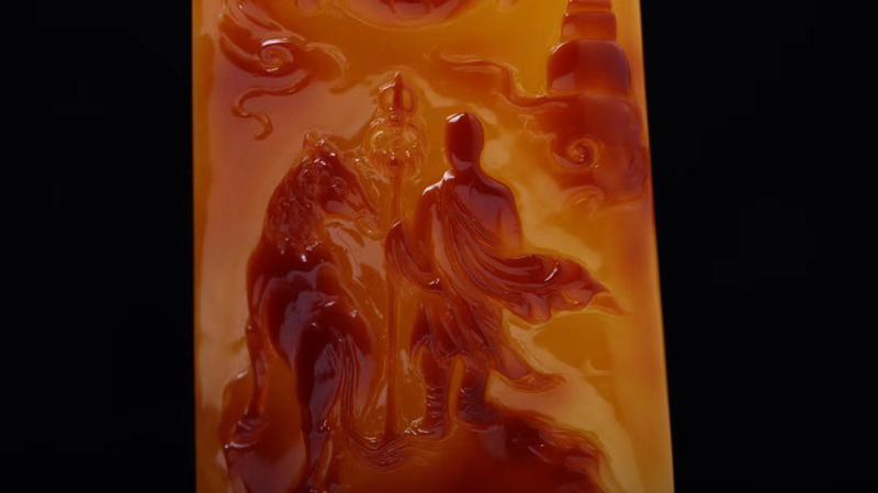 【收藏级特色大师作品「玄奘取经」蜜蜡原皮俏色吊坠 不是每一件留皮雕刻都称得上俏色巧雕  别出心裁的匠心独运  将自然的色泽发挥的淋漓尽致  终能铸成艺术精品  收藏级  规格76.7*44*14.6  克重36.39!】图3
