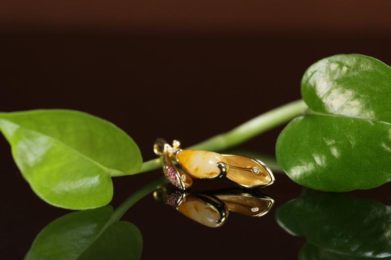 【名称:花开富贵 重量:净重8.5g (不含链子) 尺寸:35*16*7mm 材质: 新疆和田玉籽料 描述:独籽无修镶嵌 18K金镶嵌 南非钻石 彩宝 重金质感镶嵌 款式独特 值得拥有。】图3