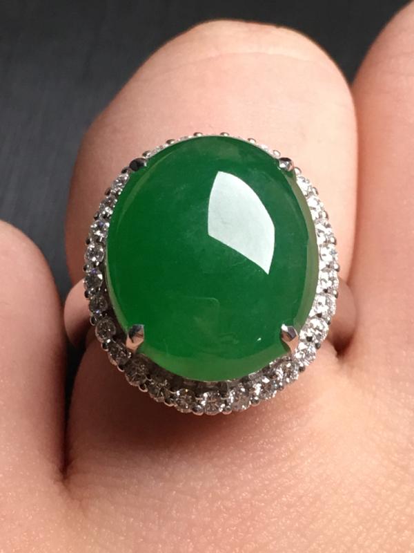 【翡翠A货,阳绿蛋面戒指,18k金伴钻镶嵌,完美,种水超好,性价比高。整体尺寸:18.5*16*10.3】图6