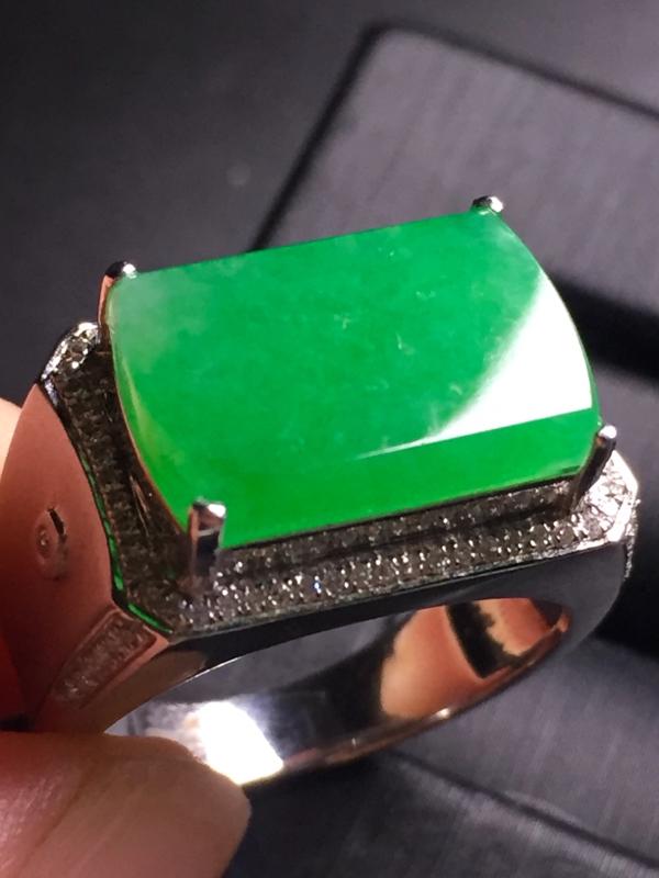 【翡翠A货,阳绿马鞍戒指,18k真金真钻镶嵌,完美,种水超好,玉质细腻。】图6