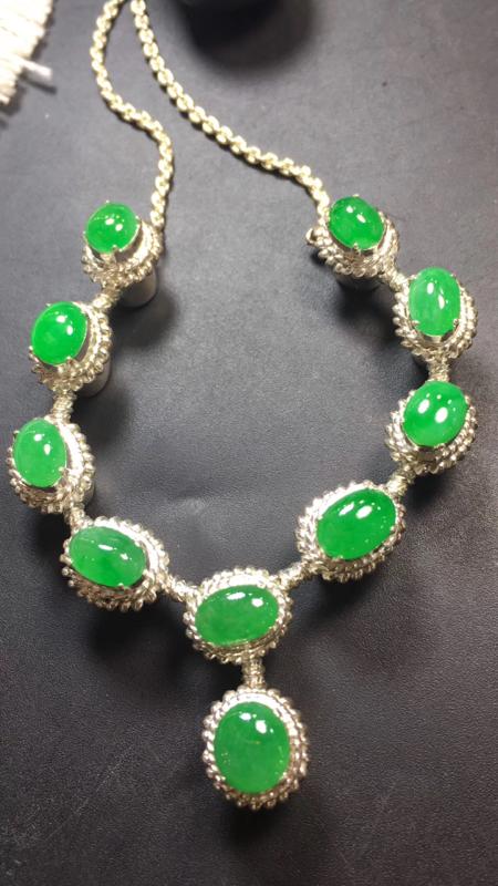 【漂亮的冰辣绿戒指面同料有10粒,有种有色,水足色辣,饱满,镶嵌漂亮晚装项链,手链,戒指的好材料,取一尺寸9.2×8.1*3.6mm】图2
