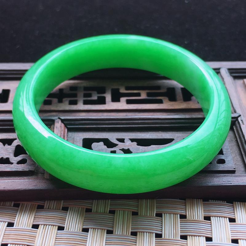 【糯种阳绿满色正装手镯、圈口57.2/13/7.2、玉质细腻水润,条形大方,种水好,佩戴效果极佳###】图7