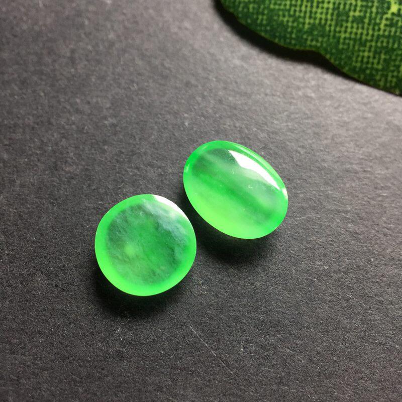 【❤️冰绿蛋面蛋面:种老水足,色泽漂亮,干净透光,雕工精美,圆润饱满,可镶嵌成戒指,镶嵌效果翻翻。尺寸:13.2--10.5--5.9  送一对小蛋面尺寸:8.5--6.4--2.7  7.2--2.3 可镶嵌为耳钉。(送的小蛋面完美,冰绿很美)】图8