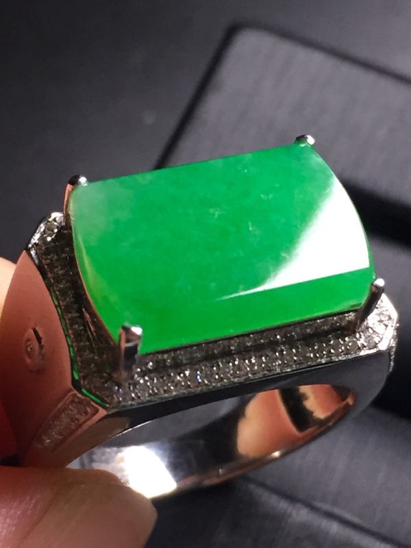 【翡翠A货,阳绿马鞍戒指,18k真金真钻镶嵌,完美,种水超好,玉质细腻。】图5