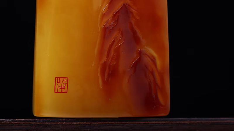 【收藏级特色大师作品「玄奘取经」蜜蜡原皮俏色吊坠 不是每一件留皮雕刻都称得上俏色巧雕  别出心裁的匠心独运  将自然的色泽发挥的淋漓尽致  终能铸成艺术精品  收藏级  规格76.7*44*14.6  克重36.39!】图6