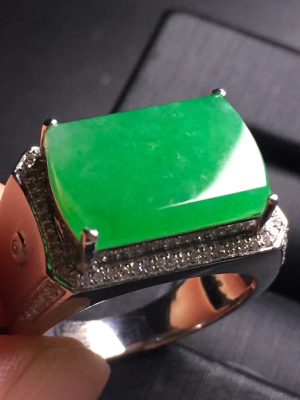 【翡翠A货,阳绿马鞍戒指,18k真金真钻镶嵌,完美,种水超好,玉质细腻。】图4