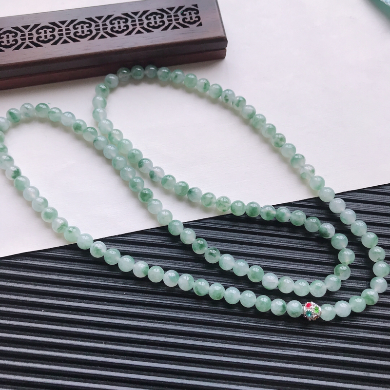 【天然翡翠A货糯化种飘绿精美圆珠项链,尺寸6.6mm,玉质细腻,种水好 胶感十足,底色漂亮,上身效果漂亮】图5