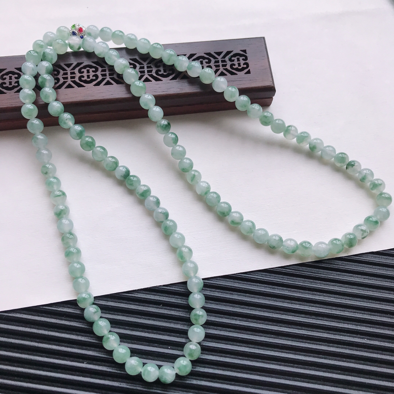 【天然翡翠A货糯化种飘绿精美圆珠项链,尺寸6.6mm,玉质细腻,种水好 胶感十足,底色漂亮,上身效果漂亮】图2