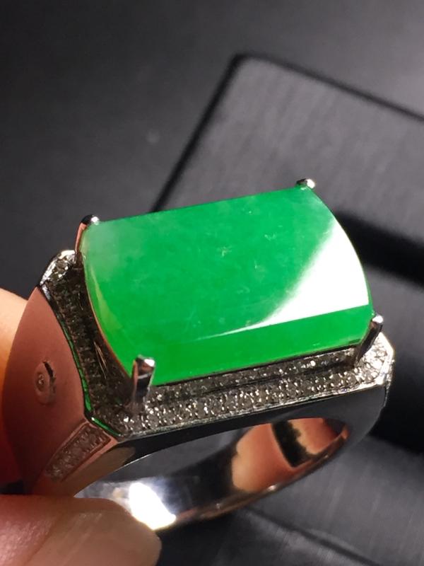 【翡翠A货,阳绿马鞍戒指,18k真金真钻镶嵌,完美,种水超好,玉质细腻。】图2